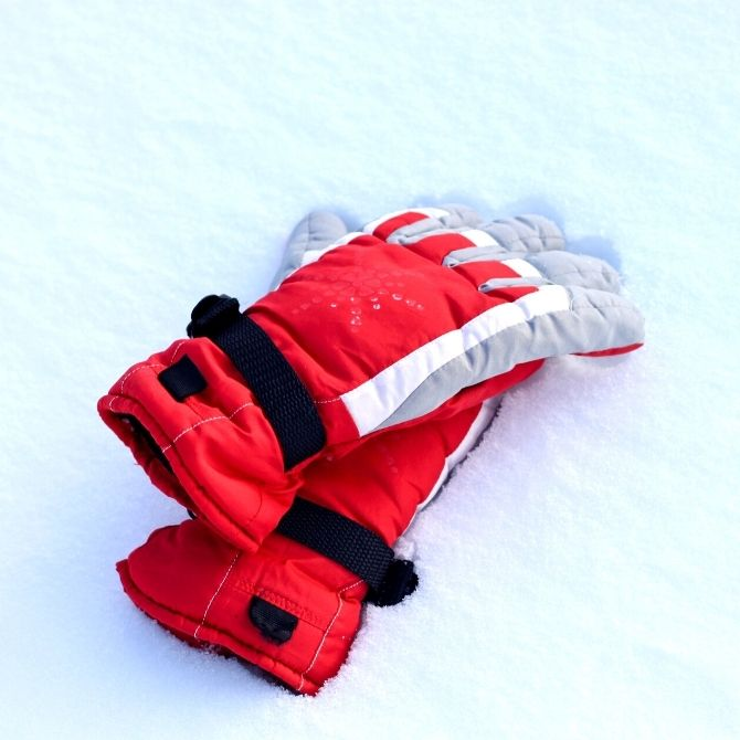 Looking for the best winter gloves for women that are cozy and warm? Here's a guide to fabric, type and a list of the bestselling items on Amazon!